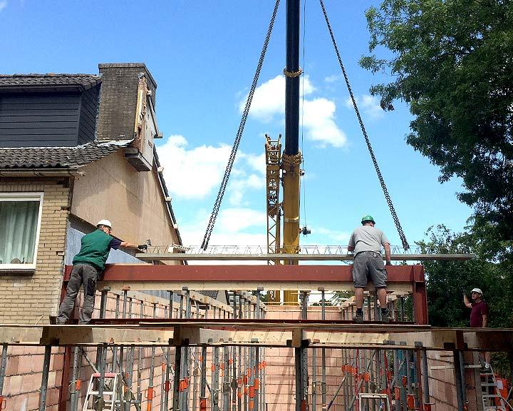 De betonplaten worden aangebracht
