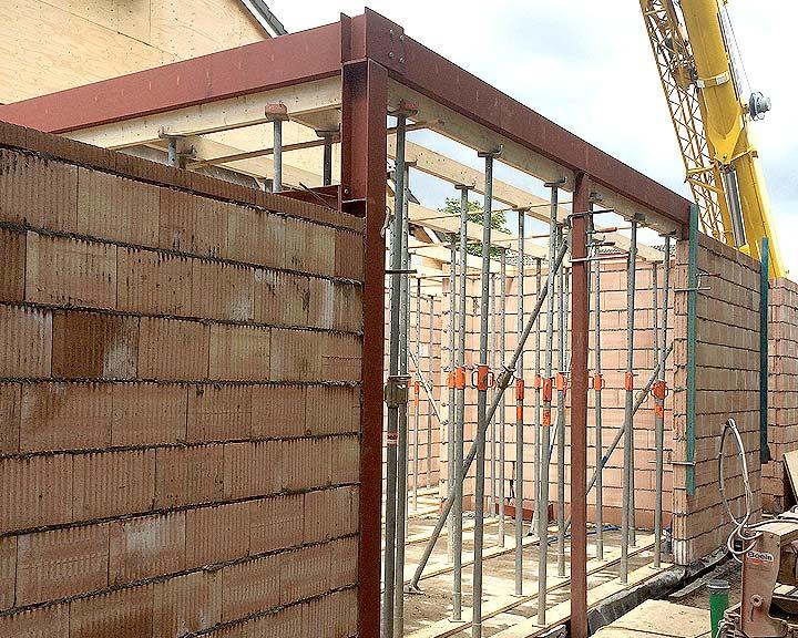 Het stalen frame van de uitbouw