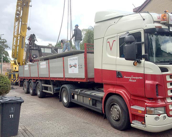vrachtauto brengt de betonplaten voor de uitbouw
