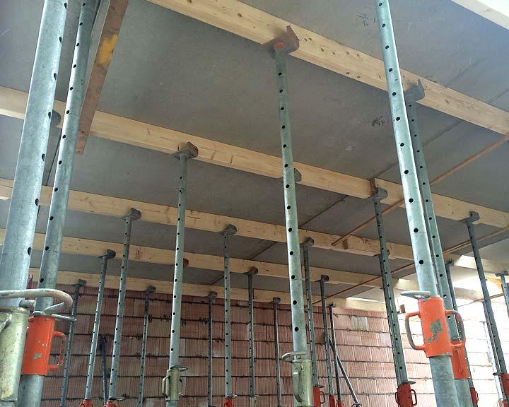 stempels onder bouw van de nieuwe betonvloer